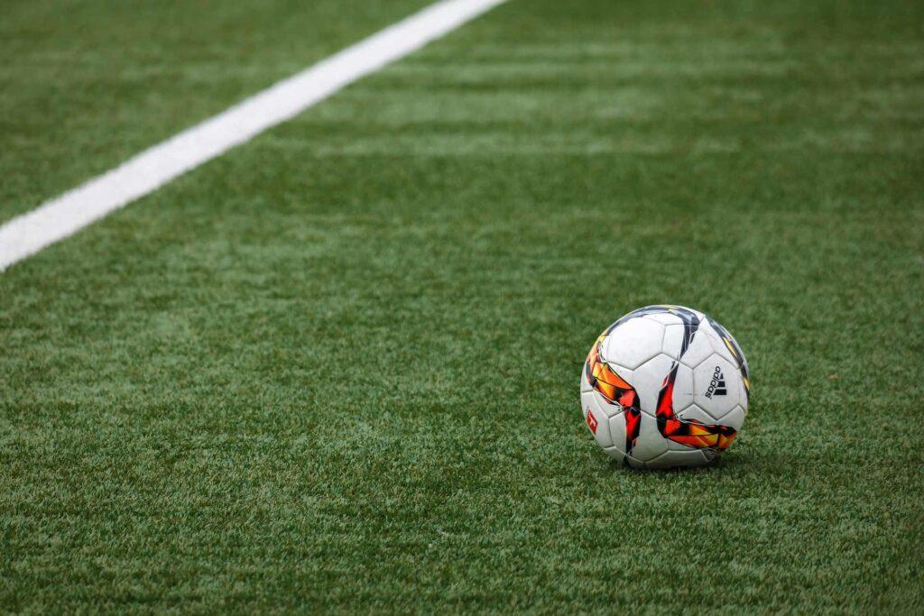 ein Fußball auf dem Feld